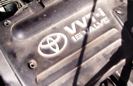 Снимаем крышку двигателя Toyota Corolla E12 1.6