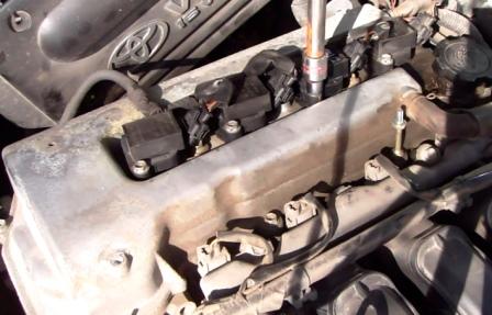 Отркучиваем катушку зажигания Toyota Corolla E12 1.6