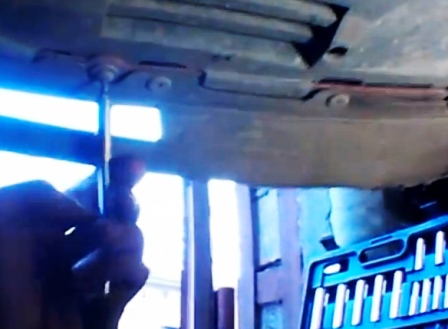 Откручиваем болты в нижней части бампера Renault Sandero