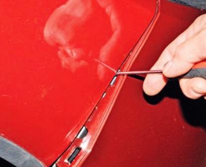 Вставляем отвертку и отщелкиваем бампер Renault Sandero
