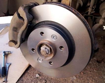 Новый тормозной диск и колодки Renault Sandero