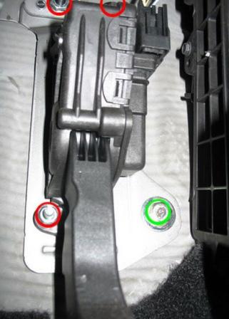 Откручиваем 3 гайки на педали газа Ford Focus 2