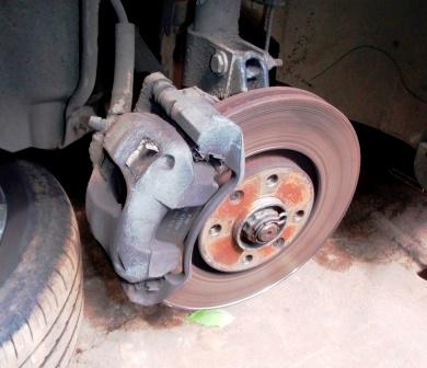 Снимаем переднее колесо Peugeot 308