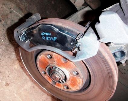 Вставляем новые тормозные колодки Peugeot 308