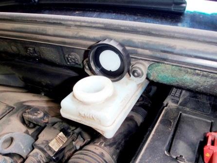Открываем бачок с тормозной жидкостью Peugeot 308