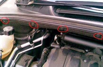 Открываем капот и видим 4 пистона Peugeot 308
