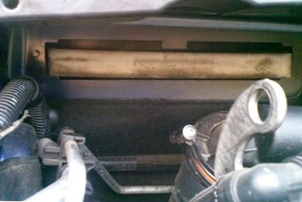 Вытаскиваем салонный фильтр Peugeot 308