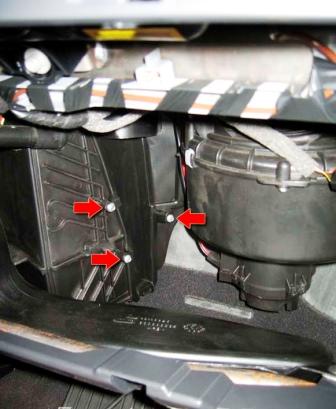 Затем откручиваем 3 самореза Opel Astra H