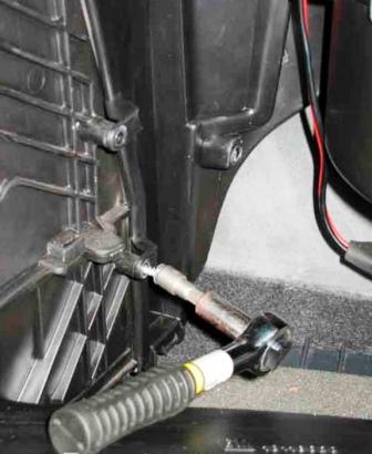 Откручиваем крышку салонного фильтра Opel Astra H