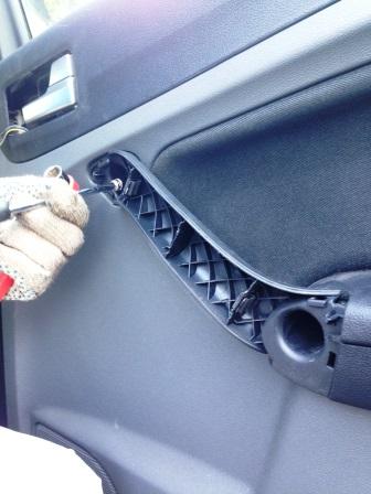 Верхний болт на обшивке Ford Focus 2
