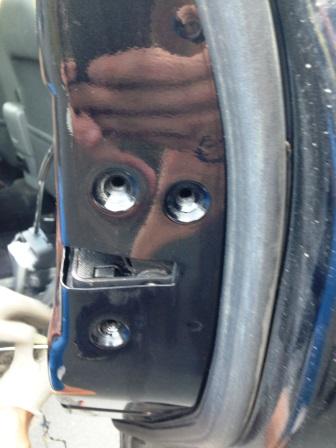 Выкрутили 3 болта держащие замок Ford Focus 2