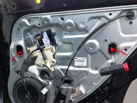 Откручиваем болты крепления стекла Ford Focus 2