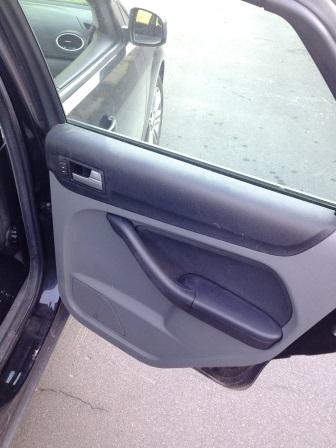 Открываем заднюю дверь на Ford Focus 2