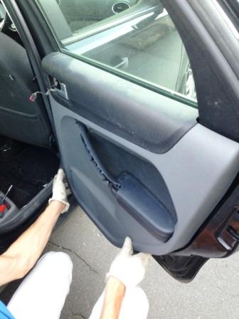 Отщелкиваем обшивку задней двери Ford Focus 2
