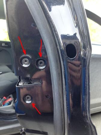 Откручиваем 3 болта держащие замок Ford Focus 2
