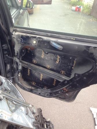 Приклеиваем внутрь шумоизоляцию Ford Focus 2