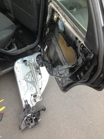 Снятая обшивка двери Ford Focus 2