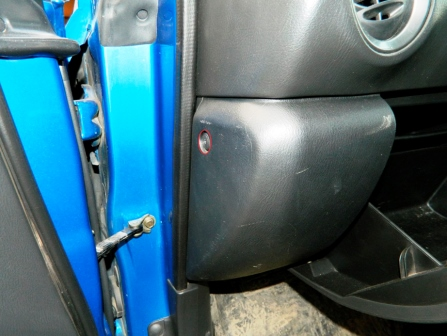 Откручиваем винт с боку бардачка Subaru Impreza II