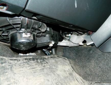 Откручиваем винты под бардачком Subaru Impreza II