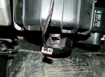 Отсоединяем провод от печки Subaru Impreza II