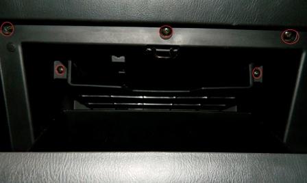 Откручиваем 5 винтов на бардачке Subaru Impreza II