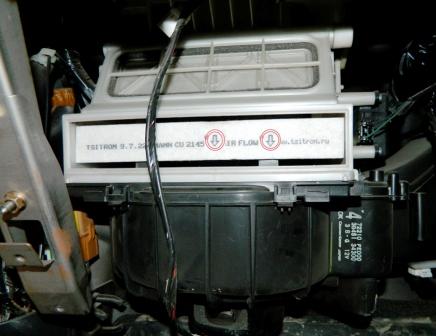 Вставляем салонный фильтр стрелками вниз Subaru Impreza II