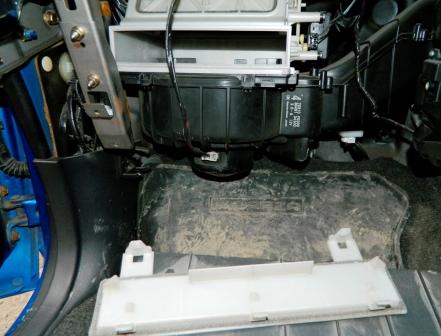 Снимаем крышку салонного фильтра Subaru Impreza II