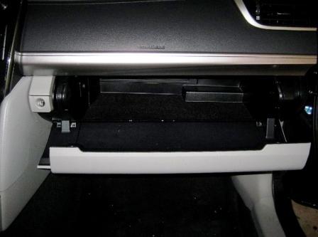 Открываем бардачок Toyota Camry VII