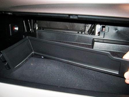 Снимаем панель в бардачке Toyota Camry VII
