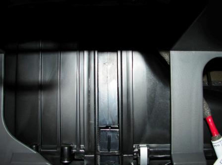 Ставим крышку салонного фильтра Kia Spectra