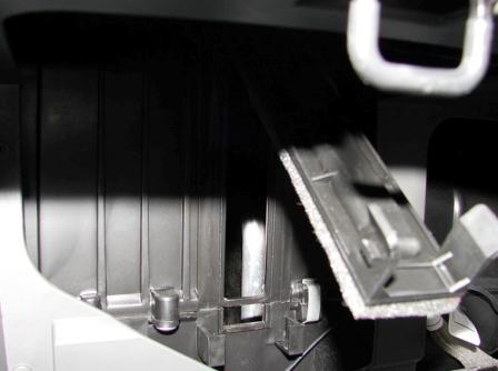 Нажимаем на защелки и снимаем крышку салонного фильтра Kia Spectra