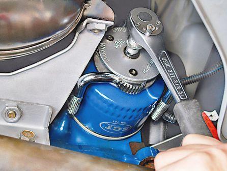 Ослабляем масляный фильтр на Lada Granta