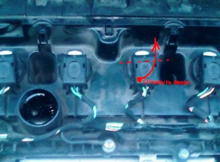 Открываем катушку и снимаем клемму Peugeot 308