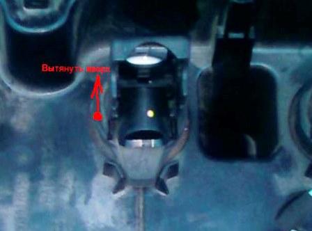 Вытаскиваем катушку зажигания Peugeot 308