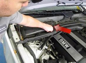 Отсоединяем защелки на крышке салонного фильтра BMW e60
