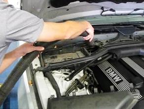Снимаем крышку салонного фильтра BMW e60
