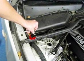 Ослабляем болт на крышке салонного фильтра BMW e60