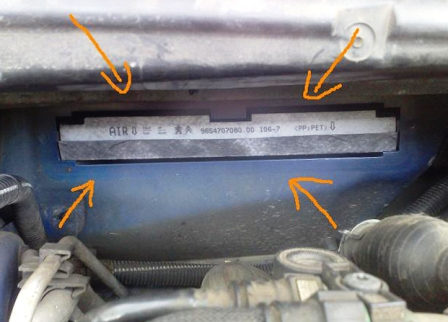 Снимаем старый салонный фильтра и меняем его на новый Peugeot 307