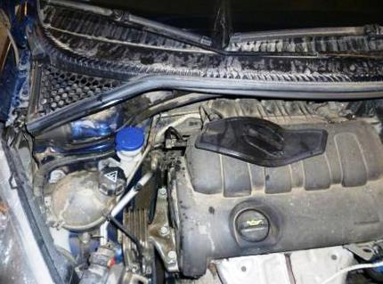 Снимаем крышку салонного фильтра Peugeot 207