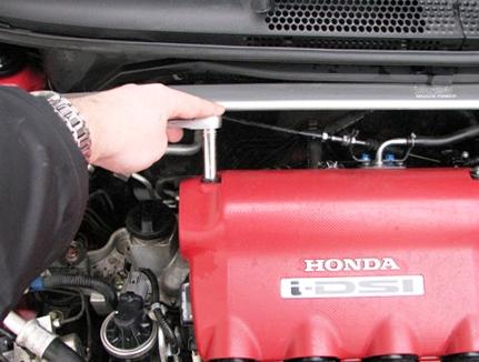 Откручиваем крышку двигателя Honda Jazz