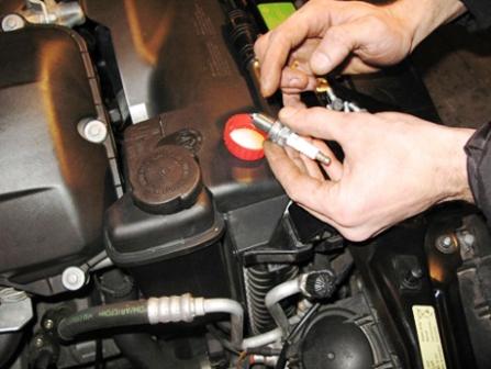 Смазываем резьбу свечей зажигания BMW 328i E36