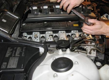 Закручиваем новые свечи зажигания BMW 328i E36