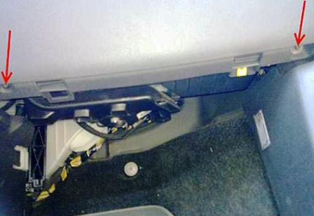 Откручиваем нижние болты крепления бардачка Opel Corsa D