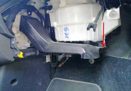 Снимаем воздуховод Opel Corsa D