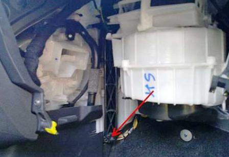 Снимаем крышку салонного фильтра Opel Corsa D