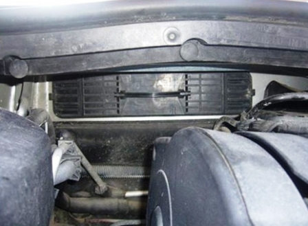 Видим крышку салонного фильтра Citroen C4 I