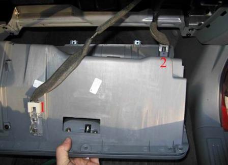 Снимаем бардачок и отключаем плафоны освещения Chevrolet Lacetti
