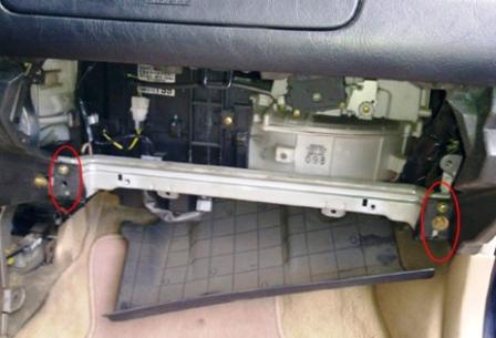 Откручиваем усилитель бардачка Mitsubishi Galant 8