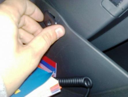 Вытаскиваем ограничитель через бардачок Chevrolet Cruze
