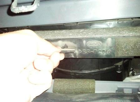 Вытаскиваем старый салонный фильтр Hyundai ix35